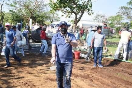 Gómez Cazarín encabeza construcción de camino en Arroyo de Liza, San Andrés