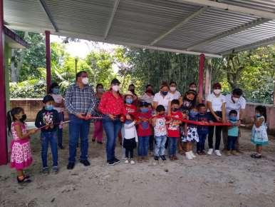 Integrantes de la comuna huatusqueña entregan techado para el CAIC Vicente Suárez en la localidad de Capulapa.