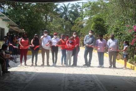 Los integrantes de la comuna huatusqueña, llevaron a cabo la inauguración de la obra, entregando oficialmente la pavimentación a los vecinos del lugar.
