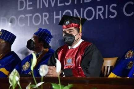 Dan a Zenyazen Escobar García Doctor Honoris Causa por trabajo a favor de la educación de Veracruz